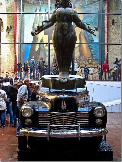 Музей Далі. Дощове таксі