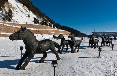 Скульптуры в парке.