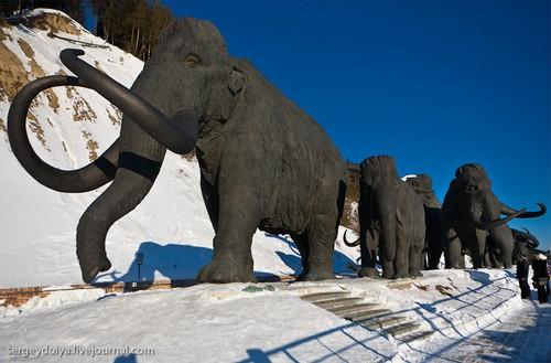Скульптуры мамонтов.