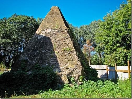 Березова Рудка, піраміда